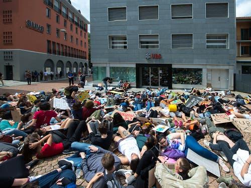 Liegend auf einem Platz in der Stadt statt sitzend in den Klassenzimmern: Auch in Bellinzona demonstrierten zahlreiche Schüler für eine grünere Politik. (Bild: KEYSTONE/TI-PRESS/SAMUEL GOLAY)