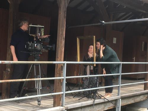 Dreharbeiten in der historischen Holzkulisse der Frauenbadi...