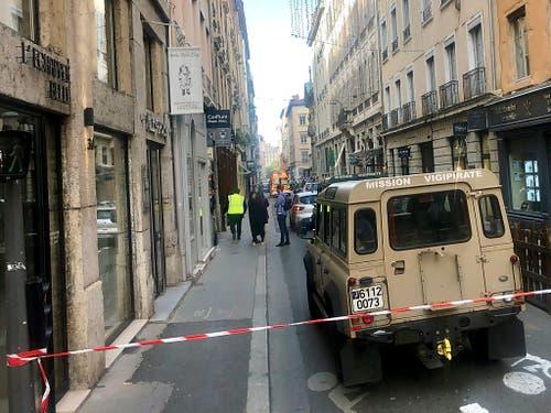 Ein Fahrzeug der französischen Anti-Terroreinheit in Lyon: Bei einer Explosion in der französischen Stadt Lyon sind dem Innenministerium zufolge am Freitag mindestens acht Menschen verletzt worden. (Bild: KEYSTONE/AP/SEBASTIEN EROME)