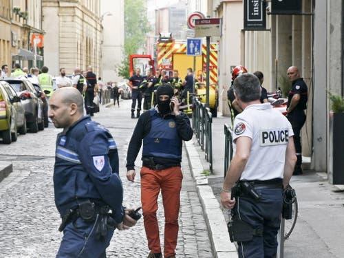 Nach der Explosion einer Paketbombe in Lyon fahndet die Polizei nach einem 30 bis 35 Jahre alten Mann. Der Verdächtige war von einer Überwachungskamera gefilmt worden. (Bild: KEYSTONE/EPA MAXPPPP / LE PROGRES/JOEL PHILIPPON)