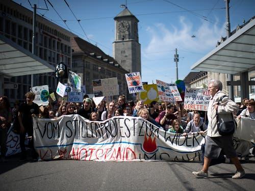 Auch in der Ostschweiz, wie hier in St. Gallen, bekannten viele Jugendliche Farbe und trugen ihre grünen Anliegen auf die Strasse. (Bild: KEYSTONE/GIAN EHRENZELLER)