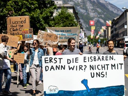 Einen Umzug mit Dutzenden Transparenten gab es auch in Glarus. (Bild: KEYSTONE/ALEXANDRA WEY)