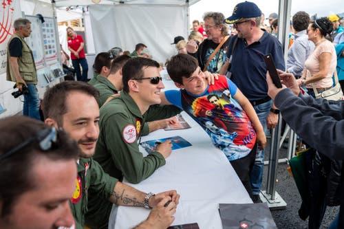 Autogrammstunde bei der Crew der Patrouille Suisse. (Bild: Philipp Schmidli, Emmen, 25. Mai 2019)