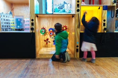 In den Schaukästen im Eingangsbereich der Ausstellung lassen sich viele Details entdecken. (Bild: Marc Wittwer)