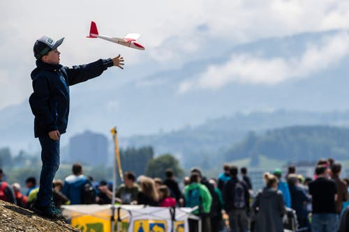 Ein Kind wirft einen Spielzeugflieger. (Bild: Philipp Schmidli, Emmen, 25. Mai 2019)