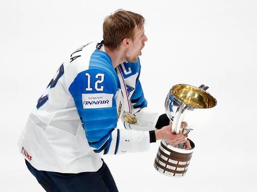 Später durfte Marko Anttila als Captain den Pokal als Erster in die Höhe stemmen (Bild: Keystone/AP/Petr David Josek)