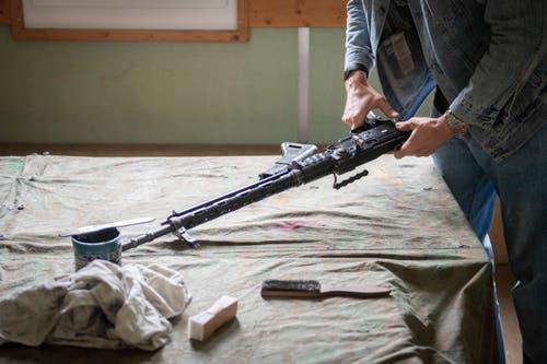 Und auch das muss sein: Nach dem Schiessen wird ein Sturmgewehr 57 zerlegt...