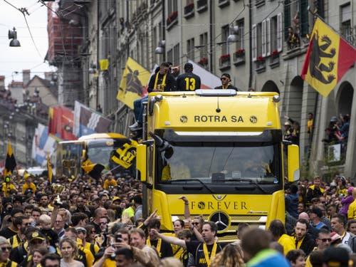 Die Meistermannschaft des BSC Young Boys auf einem Lastwagen in der Berner Altstadt. (Bild: Keystone/PETER SCHNEIDER)