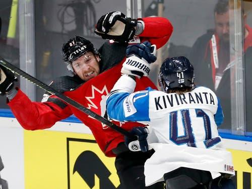Finnland behielt im Final die Oberhand - im Bild Joel Kiviranta gegen Kanadas Torschützen Shea Theodore (Bild: KEYSTONE/AP/PETR DAVID JOSEK)