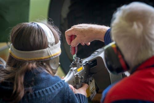 Wichtig für jeden Schiesserfolg: das Einschiessen des Gewehrs, also das Anpassen des Visiers an die jeweilige Schützin, den jeweiligen Schützen. (Bild: Urs Bucher - 25. Mai 2019)