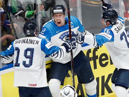 Marko Anttila (mitte) bejubelt mit seinen Teamkollegen einen der beiden Treffer im Final gegen Kanada. Finnland wurde zum dritten Mal nach 1995 und 2011 Eishockey-Weltmeister (Bild: KEYSTONE/AP/PETR DAVID JOSEK)