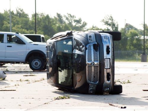 Auch schwere SUV-Fahrzeuge sahen nach dem Tornado aus wie leichte Spielklötze. (Bild: KEYSTONE/EPA/TORREY PURVEY)