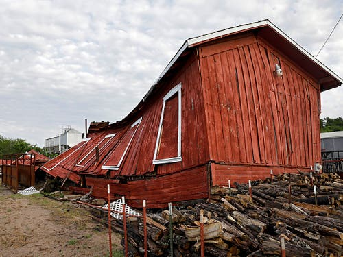Der Wind blies auch für diese Holzhütte zu stark. (Bild: KEYSTONE/AP Tulsa World/MIKE SIMONS)