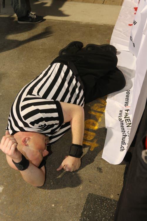 ...und auch der Schiedsrichter bekam sein Fett weg.