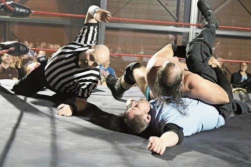 Schwitzende Männer mit nacktem Oberkörper und Referee im Ring: Wrestling hat für einmal Einzug in Wil gehalten. (Bild: Bilder: Christof Lampart)