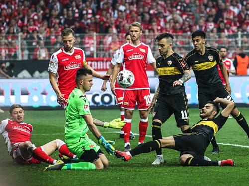 Und die Spieler lösten die Forderung der Fans ein: Mit vereinten Kräften stoppt der Berliner Abwehrverbund den Abschluss von Ozan Kabak (Bild: KEYSTONE/EPA/FELIPE TRUEBA)