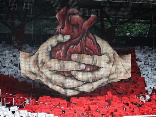 Die Choreografie vor dem Spiel: Die Berliner verlangten von ihrem Klub viel Herz (Bild: KEYSTONE/EPA/FELIPE TRUEBA)