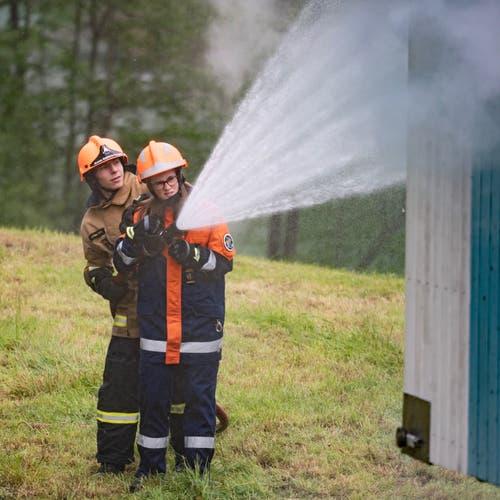 Löschen mit Wasser unter fachmännischer Anleitung. (Bild: Sascha Erni)