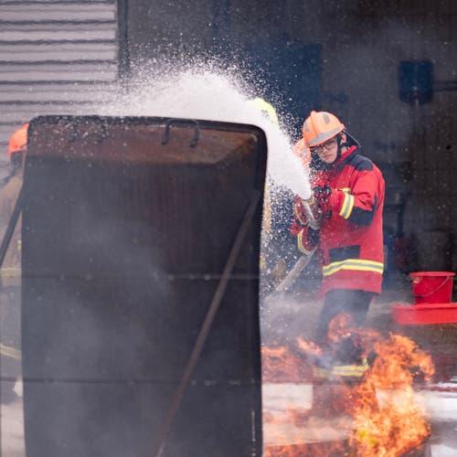 Konzentration beim Löschen eines Feuers mit Schaum. (Bild: Sascha Erni)