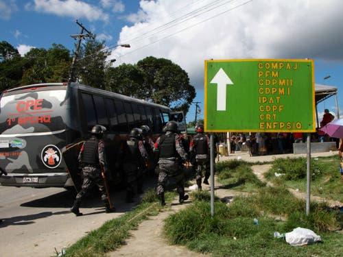 Polizisten auf dem Weg zum von Aufständen betroffenen Gefängnis Anisio Jobim in Manaus im Norden Brasiliens. (Bild: KEYSTONE/AP/EDMAR BARROS)