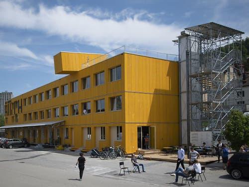 Blick auf den «Lattich»-Bau, eine Holzkonstruktion aus 45 Modulen: Das temporäre Quartier befindet sich im Areal beim Güterbahnhof in St. Gallen und soll zu einem Brennpunkt der Kreativwirtschaft werden. (Bild: Keystone/GIAN EHRENZELLER)