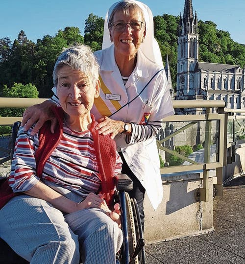 Rosmarie Lüchinger mit ihrer Patientin. Zwischen den Helfern und Kranken entstehen oft freundschaftliche Beziehungen.