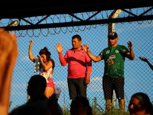 Angehörige von Inhaftierten beten ausserhalb des Gefängnisses Anisio Jobim in Manaus in Nordbrasilien. (Bild: KEYSTONE/AP/EDMAR BARROS)