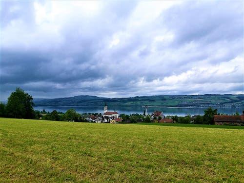 Dicke Regenwolken über dem Sempachersee. (Bild: Urs Gutfleisch, Nottwil, 28. Mai 2019)