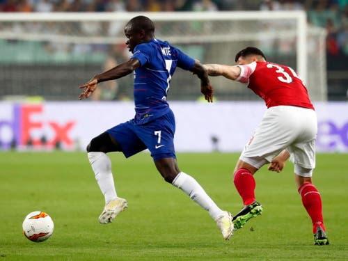 Arsenals Granit Xhaka (rechts) im Zweikampf gegen N'Golo Kante (Bild: KEYSTONE/EPA/MAXIM SHIPENKOV)