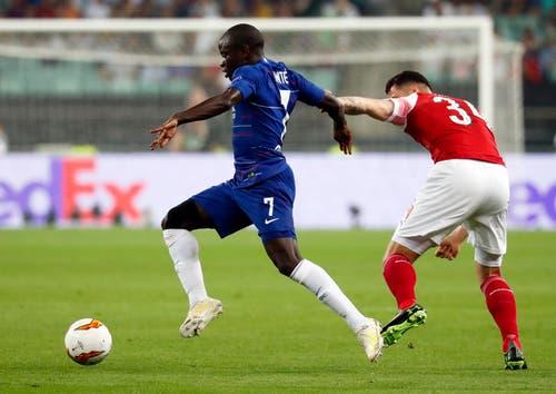 Arsenals Granit Xhaka (rechts) hält Chelseas N'Golo Kante zurück. (Bild: Maxim Shipenkov / EPA)