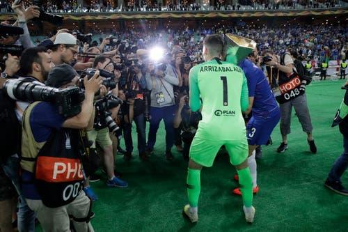 Chelsea-Torhüter Kepa Arrizabalaga feiert vor den Fotografen. (Bild: Luca Bruno / AP)