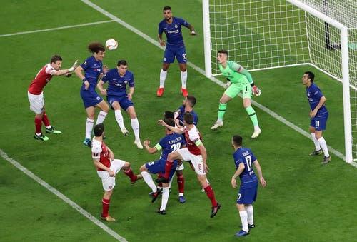Viel Verkehr vor dem Chelsea-Tor, doch David Luiz trifft per Kopf nicht. (Bild: Zurab Kurtsikidze / EPA)