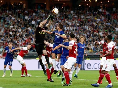 Arsenals Goalie mit Chelsea-Vergangenheit, Petr Cech, klärt im Strafraum von Arsenal (Bild: KEYSTONE/AP/DARKO BANDIC)