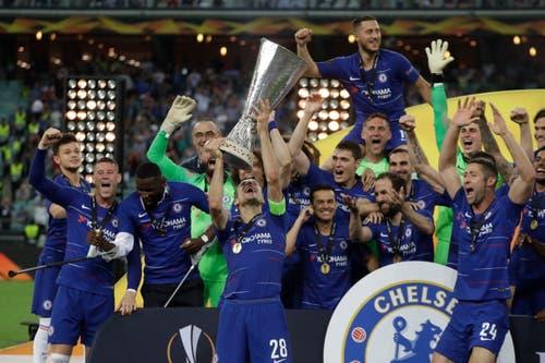 Chelseas Kapitän Cesar Azpilicueta stemmt den Pokal in die Höhe. (Bild: Luca Bruno / AP)