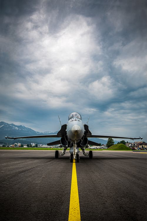 Was ist bedrohlicher? Kampfjet oder Wetter? (Bild: Stefan Dubach, Emmen, 25. Mai 2019)