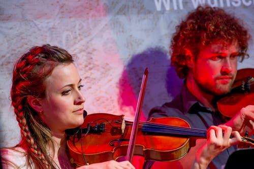 Helen Maier und Lukas Bircher von den Alpinis an den Violinen. (Bild: André A. Niederberger, Stans, 30. April 2019)