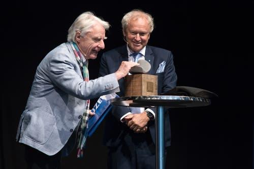 Paul Winiker übergibt Emil den Anerkennungspreis des Kantons Luzern. (Bild: Pius Amrein, 29. April 2019)
