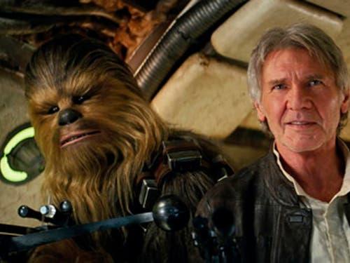 Darsteller Peter Mayhew als Chewbacca und Schauspieler Harrison Ford in «Star Wars: The Force Awakens.» (Bild: KEYSTONE/AP Lucasfilm/FILM FRAME)