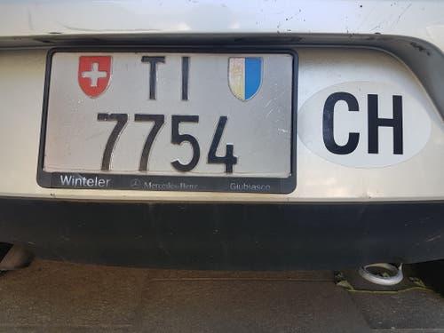 Kurios: ein Tessiner Nummernschild mit Luzerner Wappen? Da hatte wohl die Natur ihre Finger im Spiel. (Bild: Viktor Zihlmann, Bellinzona)