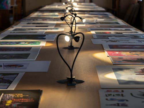 Lange Tische voller grafischer Blätter lassen in der Basler Werkschau den Umfang von Piattis Nachlass erahnen. (Bild: Basil Huwyler, Stauffenegger + Partner AG, Basel)