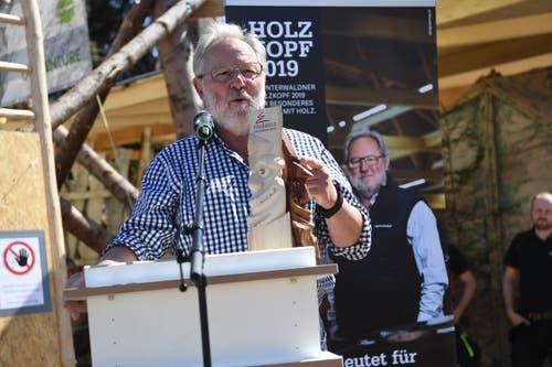 Oskar Schwenk erhält den 8. Unterwaldner Holzchopf-Preis. (Bild: Nadia Schärli/Luzerner Zeitung, 30. Mai 2019)