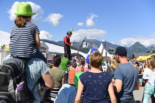 Dieser Auftritt entzückt die Kinder. (Bild: Nadia Schärli/Luzerner Zeitung, 30. Mai 2019)