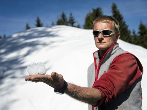 Durch das Abdecken bleibt ein grosser Teil des Schneevolumens erhalten. «Wir haben einen maximalen Verlust von 30 Prozent unabhängig von den Temperaturen im Sommer», sagt der für das Snowfarming verantwortliche Yves Golay. (Bild: Keystone/JEAN-CHRISTOPHE BOTT)