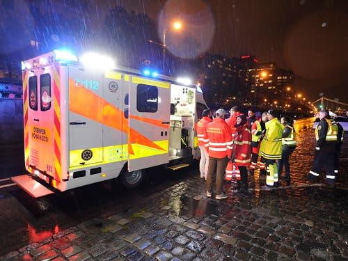 Rettungskräfte vor Ort bei strömendem Regen. (Bild: KEYSTONE/EPA MTI/ZOLTAN MIHADAK)