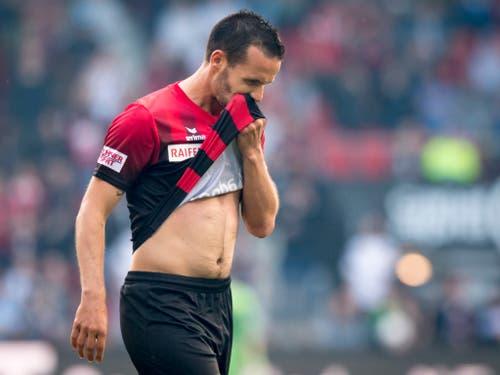 Raphaël Nuzzolo verlässt nach seiner Spuckattacke gegen Schiedsrichter Stephan Klossner den Platz. Schuldbewusst? (Bild: KEYSTONE/LAURENT GILLIERON)