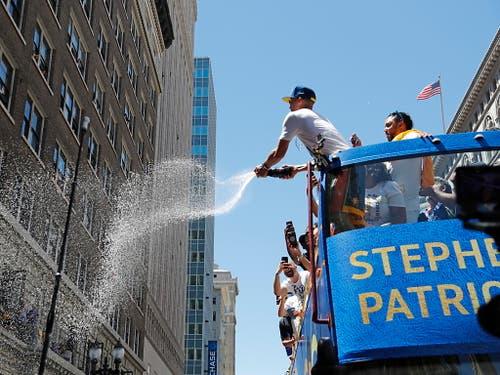 So wars vor einem Jahr: Die Golden State Warriors feiern ihren sechsten NBA-Titel (Bild: KEYSTONE/EPA/JOHN G. MABANGLO)