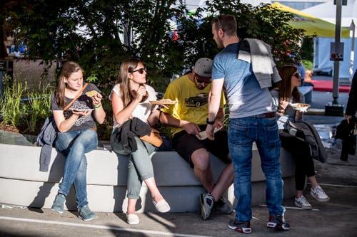 Besucher geniessen einen Snack. (Bilder: Nadia Schärli, Buochs, 30. Mai 2019)