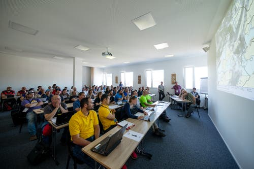 Die Teilnehmer bereiten sich am Briefing auf den Wettkampf vor an der Heissluftballon Schweizermeisterschaft am Freitag, 31. Mai 2019 in Willisau. (Bild: Philipp Schmidli)