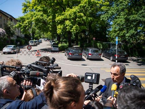 Marco Cortesi, Medienchef der Stadtpolizei Zürich, informierte die Journalisten über die mutmassliche Geiselnahme mit drei Toten. (Bild: KEYSTONE/ENNIO LEANZA)