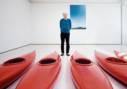 Roman Signer vor einer seiner aktuellen Installationen im Kunsthaus Zug. Die sechs Kajaks liess der Künstler mit einem Helikopter durch die Lüfte fliegen. (Bild: Stefan Kaiser (Zug, 23. Mai 2019))